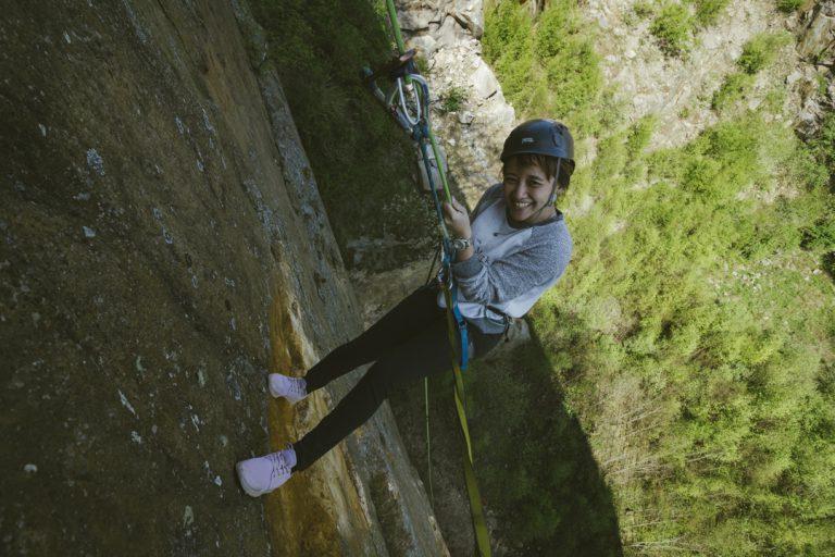 Kvinde rappeller i Hammerbruddet, ved Opalsøen